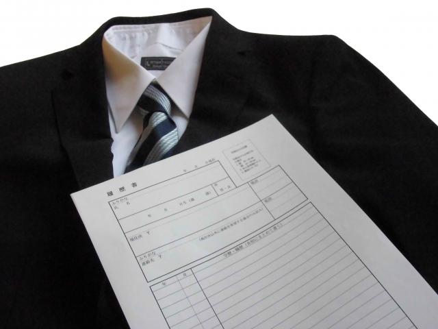 履歴書とスーツ