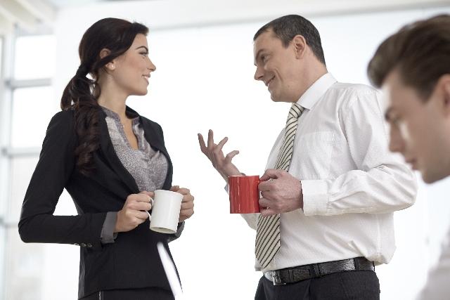 雑談するビジネスマン