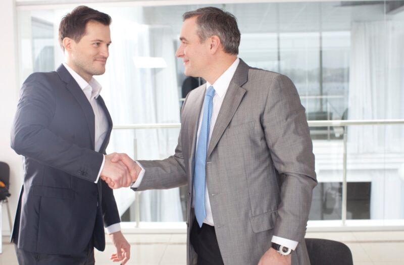握手する外国のビジネスマン